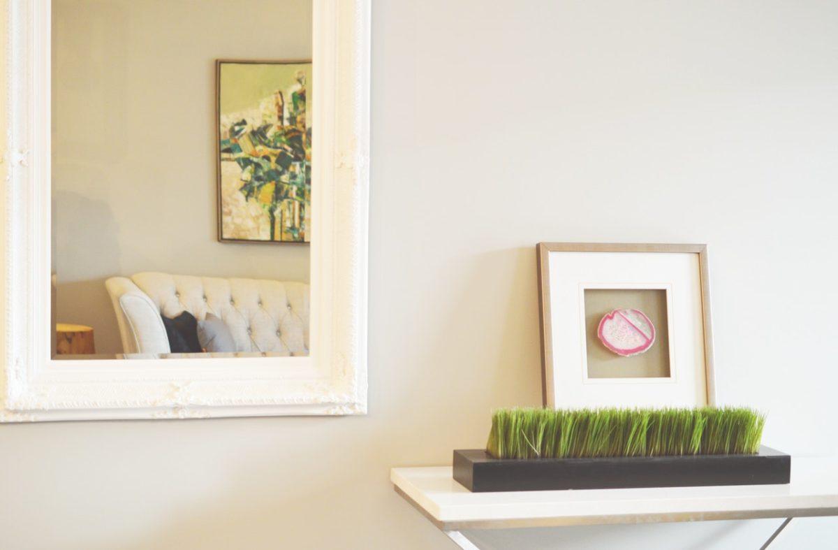 Lustra i lampy w nowoczesnym salonie