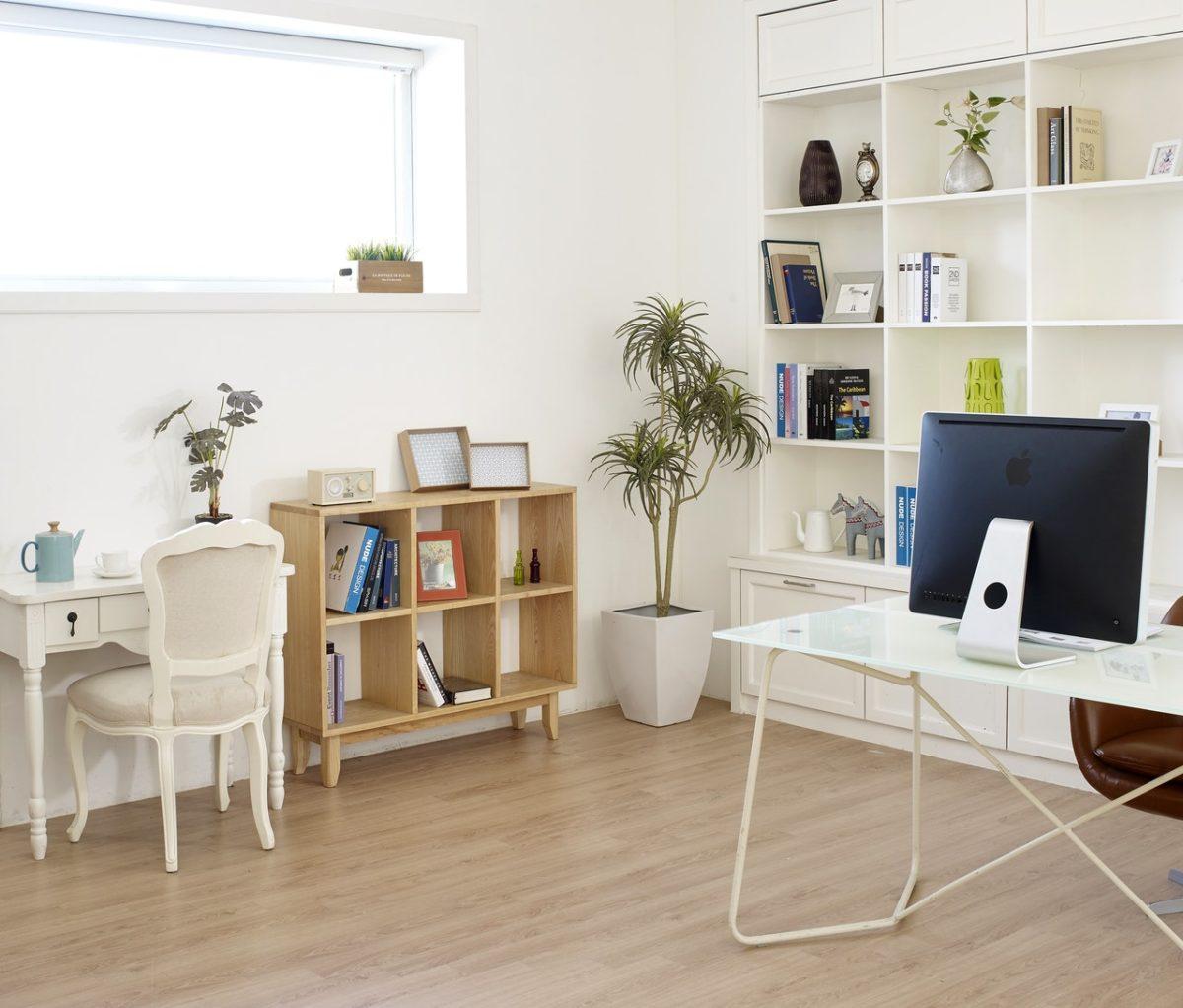Meble w bieli i drewnie do nowoczesnego salonu